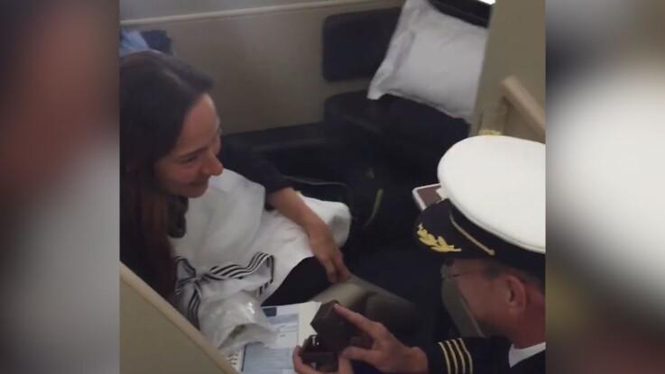VIDÉO : Un pilote fait sa demande en mariage en plein vol