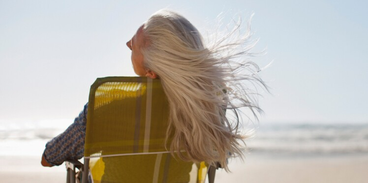 Cheveux blancs et soleil, comment éviter qu'ils jaunissent ?