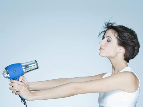 3 astuces pour s cher ses cheveux rapidement femme actuelle le mag. Black Bedroom Furniture Sets. Home Design Ideas