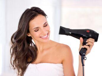 comment choisir le meilleur s che cheveux femme actuelle le mag. Black Bedroom Furniture Sets. Home Design Ideas