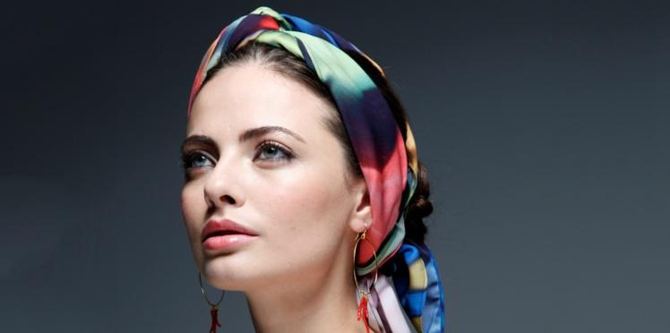 Tuto coiffure : le foulard dans les cheveux, façon couture (vidéo)