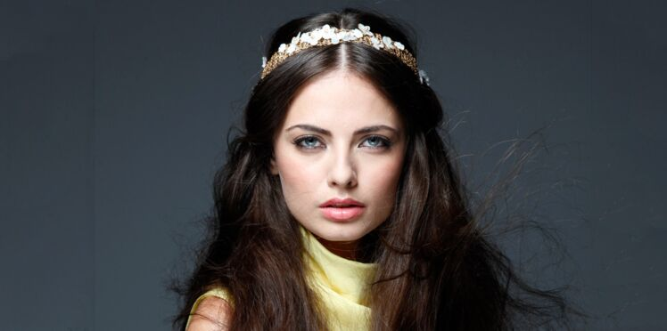Tuto coiffure : on ose le headband fleurs (vidéo)