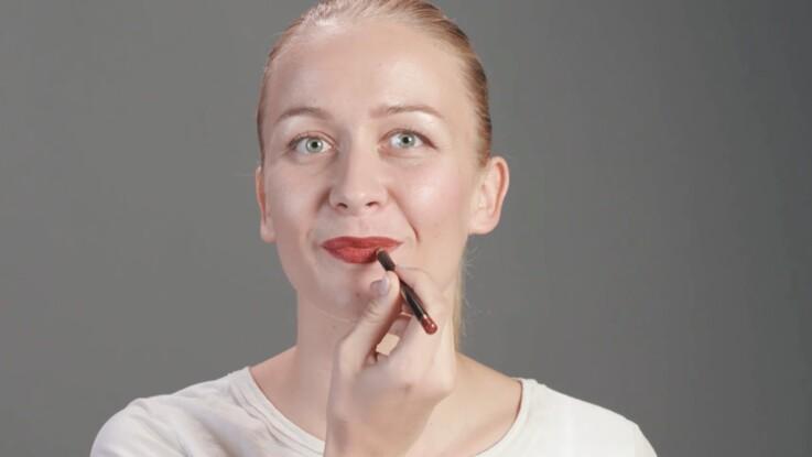 Tutoriel maquillage : la pose du rouge à lèvres (vidéo)