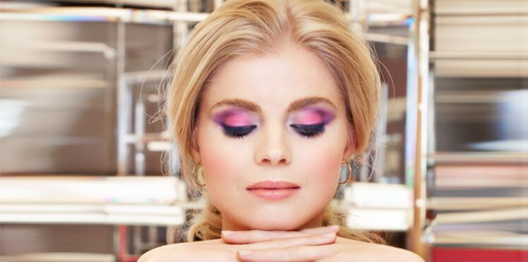 Le maquillage bicolore rose et mauve sur les paupières