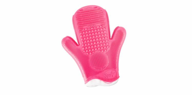 Astucieux : un gant pour nettoyer ses pinceaux make-up