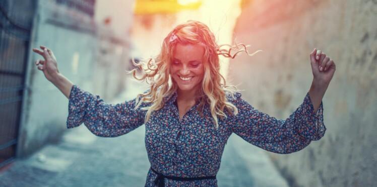 Cheveux : 3 astuces faciles et insolites pour les boucler