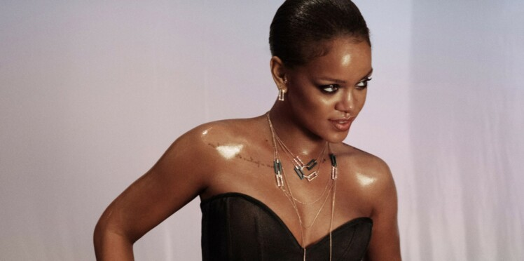 Photos - Rihanna change totalement de look et opte pour les cheveux longs et bleus
