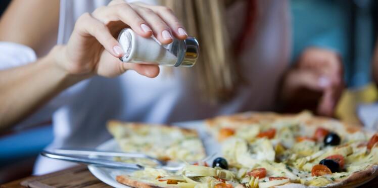 Pourquoi certaines personnes ne peuvent pas s'empêcher d'ajouter du sel dans leur assiette ?