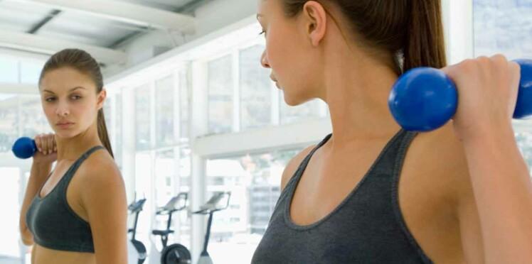 Soulever des haltères légers pour avoir une musculature parfaite
