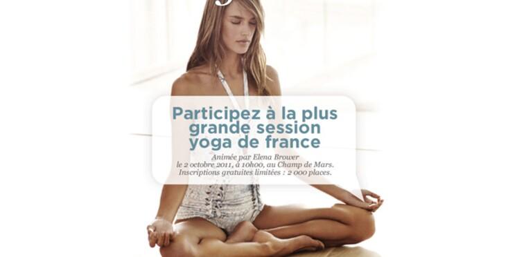 Une session de yoga géante au Champ-de-Mars