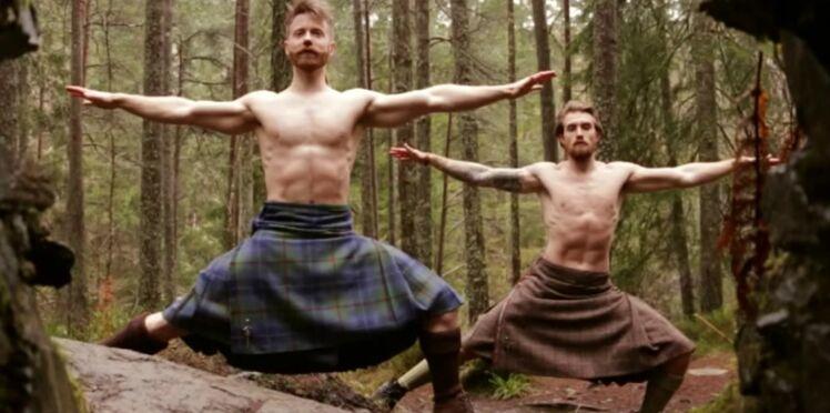 Ils font du yoga en kilt… dans la pure tradition écossaise !