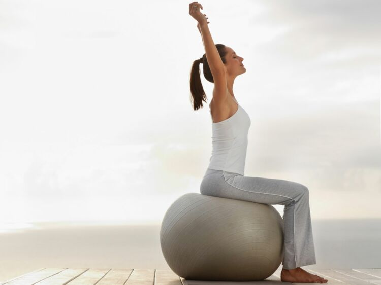 J ai testé une semaine au bureau assise sur un swissball femme