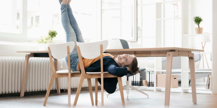 5 exos à faire avec une chaise, pour tonifier ses jambes, galber son fessier, et dessiner ses abdos  !