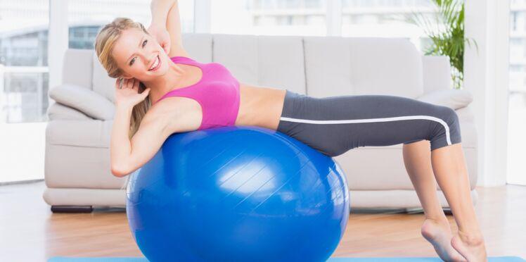5 exos avec un gros ballon : travail de la posture, renforcement des abdos et des fessiers...
