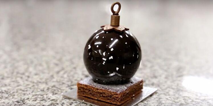Vidéo : un glaçage au chocolat brillant pour votre gâteau de Noël, par Arnaud Larher