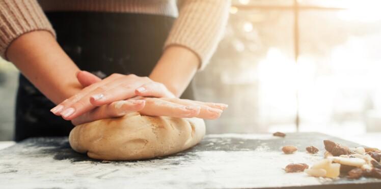 Comment éviter que le jus des fruits ramollisse la pâte à tarte et l'empêche de cuire ?