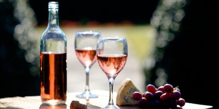 Découvrez l'astuce géniale pour rafraîchir une bouteille de rosé en 3 minutes