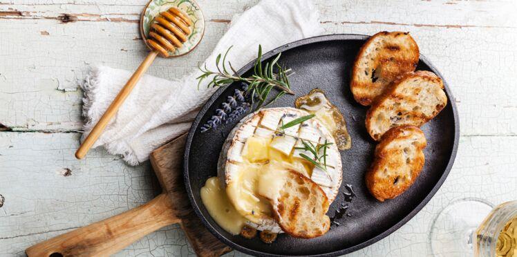 La recette du camembert rôti au miel en vidéo