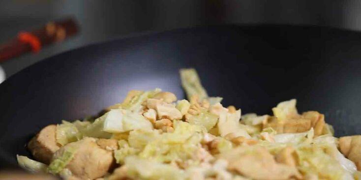 La recette du wok de chou vert poulet et noix de cajou en vidéo