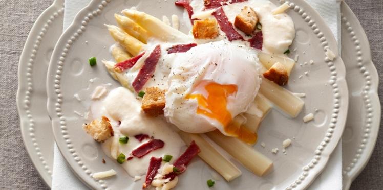 Asperges, œufs pochés et espuma de parmesan