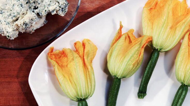 Fleurs de courgettes farcies (en vidéo)