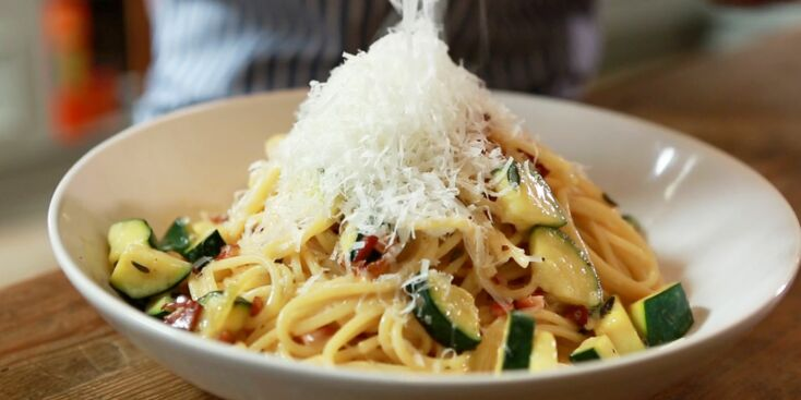 Vidéo : les spaghettis à la carbonara et courgettes