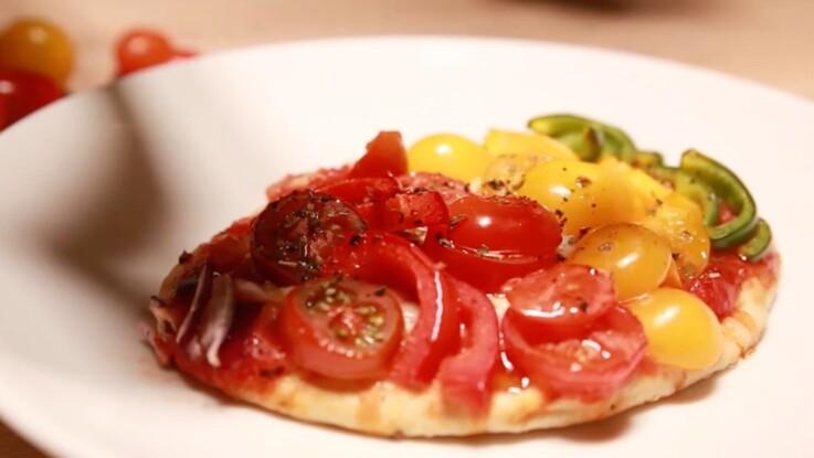 VIDEO - La pizza naan végétarienne en arc-en-ciel