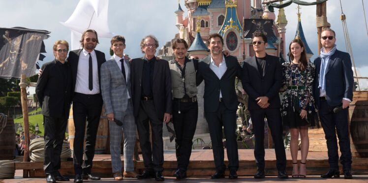 """Johnny Depp et l'équipe du film """"Pirates des Caraïbes : La Vengeance de Salazar"""" surprennent les fans à Disneyland Paris"""