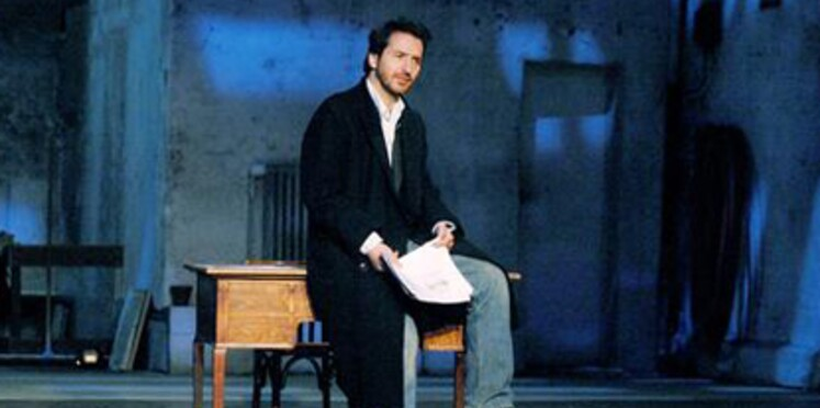 Edouard Baer est seul sur scène