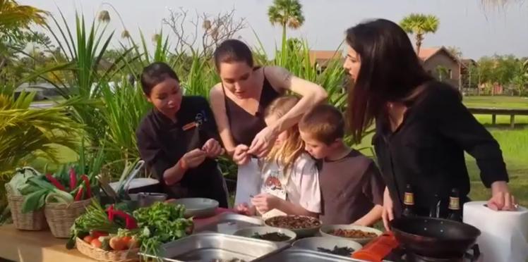 Angelina Jolie cuisine avec ses enfants : scorpions, araignées, etc.