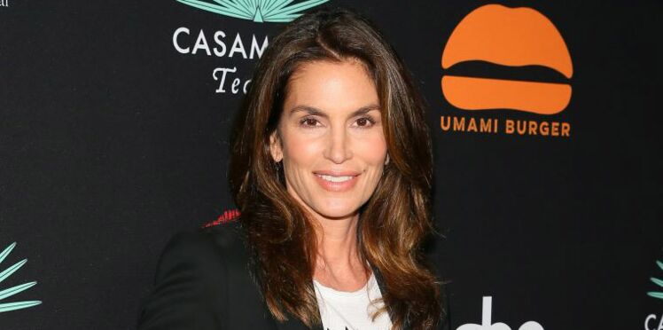 Cindy Crawford : sa photo topless à la plage affole les internautes