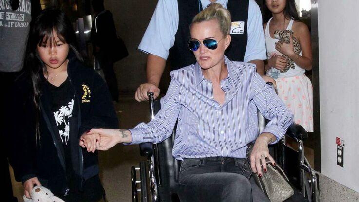 Photos : les adieux déchirants de Laeticia Hallyday, en fauteuil roulant, à ses filles