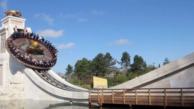 Obélix lance le disque pour le Parc Astérix