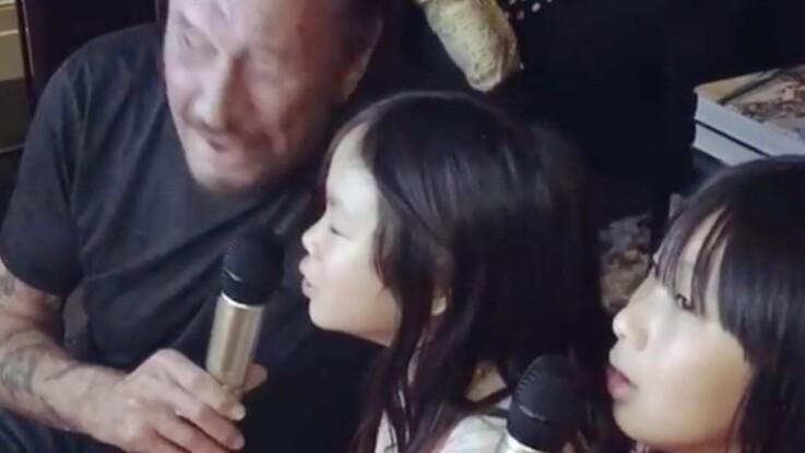 Vidéo – Johnny Hallyday complice avec ses deux filles autour d'un karaoké