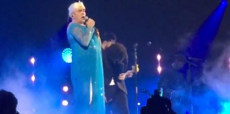 """Vidéo – Déguisé en Elsa de La Reine des neiges, Pascal Obispo chante """"Libérée, Délivrée"""""""