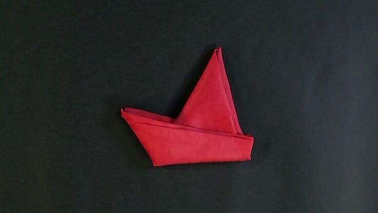 Pliage de serviette en forme de bateau à voile