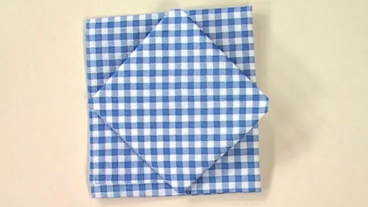 Pliage de serviette en forme de carré dans le carré