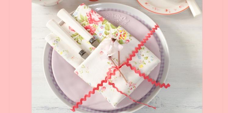 Pliage de serviette en forme de pochette portefeuille