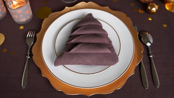 Pliage de serviette en forme de sapin en relief