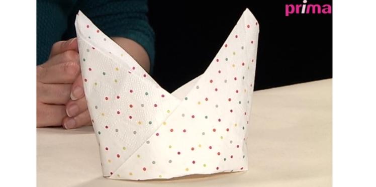Pliage des serviette en forme de bateau