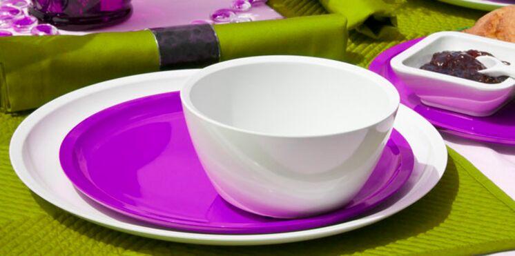 Vaisselle colorée pour table d'été
