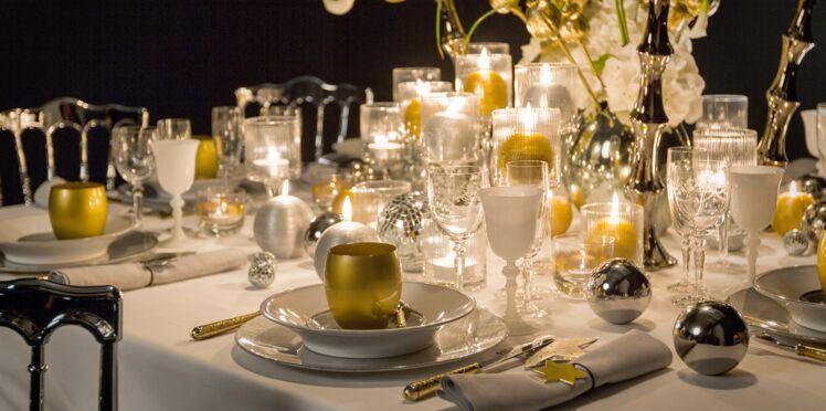 Une table de fête en blanc et or