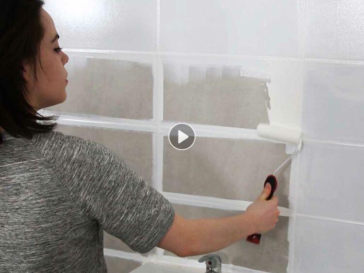 Peinture de salle de bain : comment relooker le carrelage mural ...
