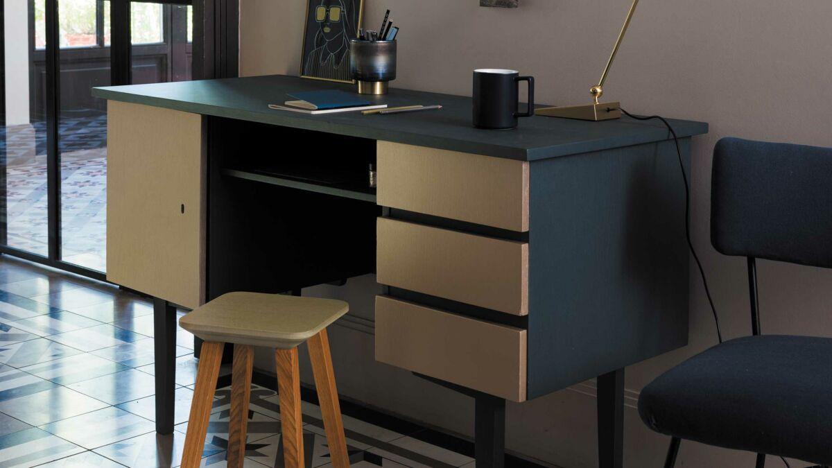 Relooker Une Piece Bureau peinture : relooker un bureau avec un effet métal : femme
