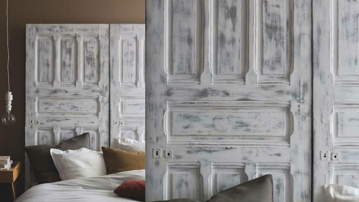 Porte En Tete De Lit peinture : une tête de lit en bois patiné avec une porte