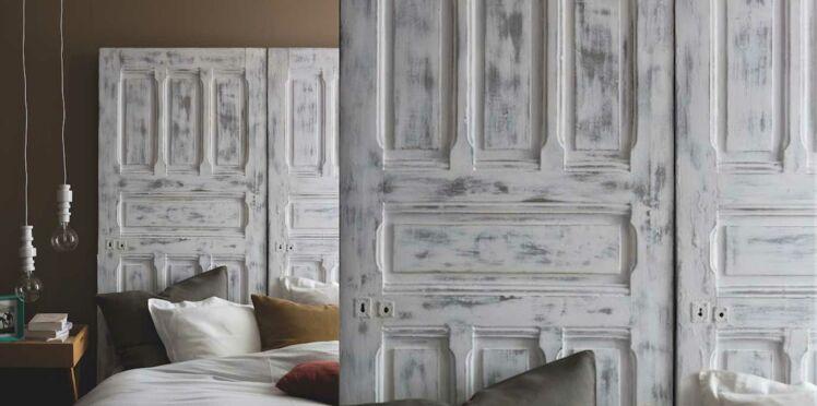 Peinture : une tête de lit en bois patiné avec une porte