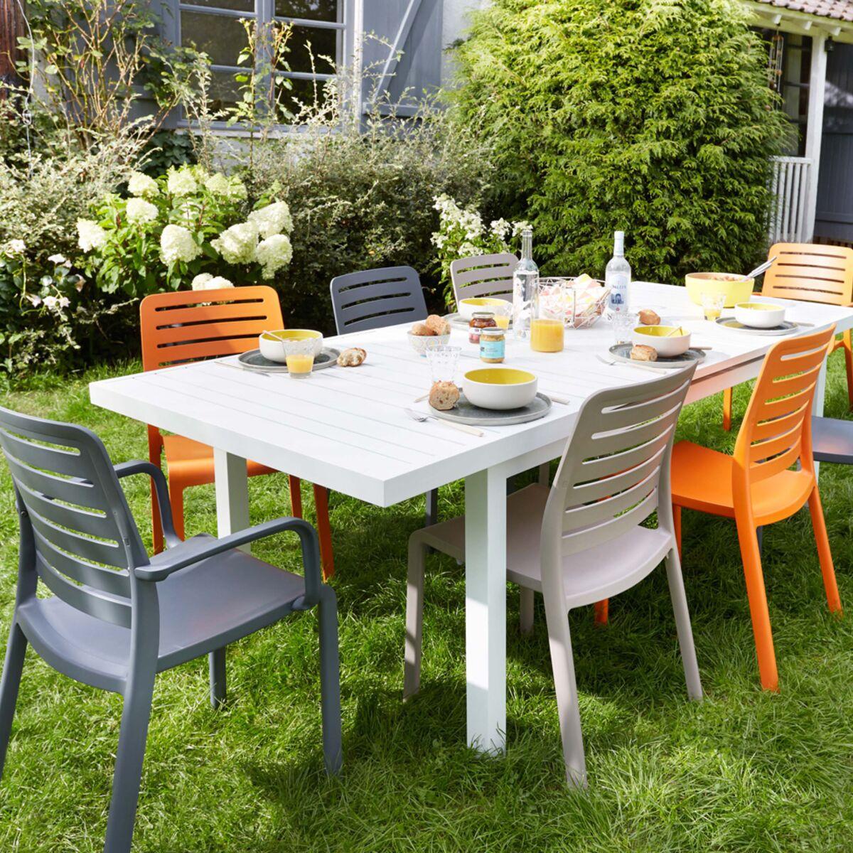 Chaise de jardin en plastique, bois ou métal : le match ! : Femme