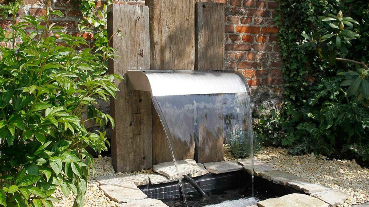 Bassin Préformé Hors Sol fontaine de jardin : l'atout fraîcheur à l'extérieur : femme