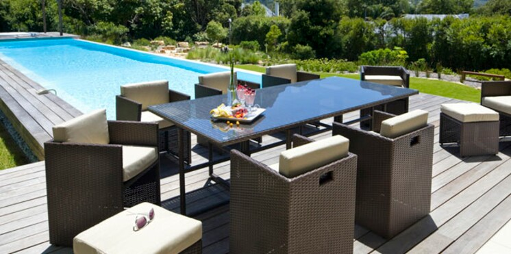 Du mobilier pour le bord de la piscine