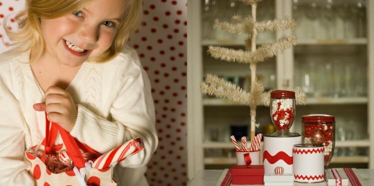 6 cadeaux gourmands en rouge et blanc avec des bonbons de Noël